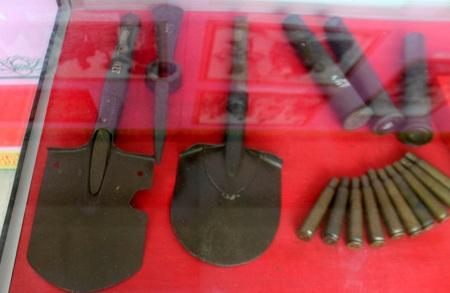 Những chiếc xẻng được sử dụng để đào hào giao thông siết chặt vòng vây tại Điện Biên Phủ