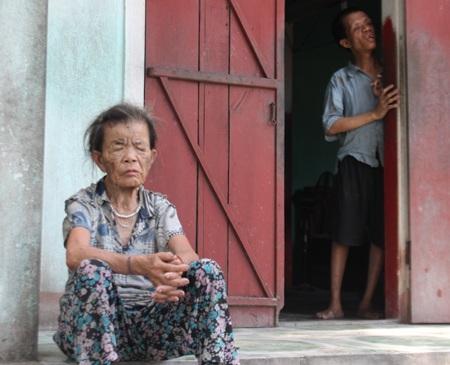 40 tuổi, việc duy nhất anh Lý có thể làm là bám vào tường để di chuyển từ giường ra cửa.