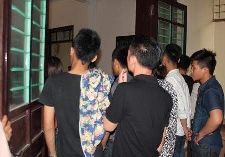 Phiên tòa thu hút rất đông thanh niên tới tham dự.