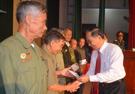 Lãnh đạo tỉnh Nghệ An tặng quà cho các đại biểu cựu chiến binh kháng chiến chống Pháp.
