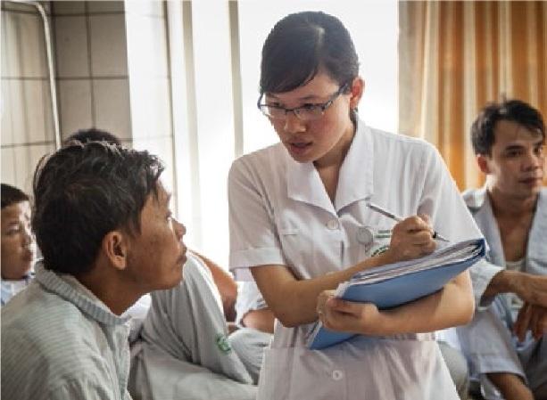 Chuyên viên chăm sóc dinh dưỡng đang hỏi han, tư vấn cho bệnh nhân