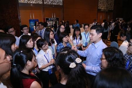 Sinh viên hào hứng đặt câu hỏi trực tiếp cho các lãnh đạo cấp cao tại P&G