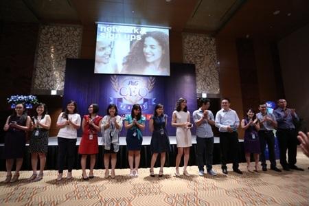 Đại diện lãnh đạo P&G chia sẻ kinh nghiệm cho các em sinh viên