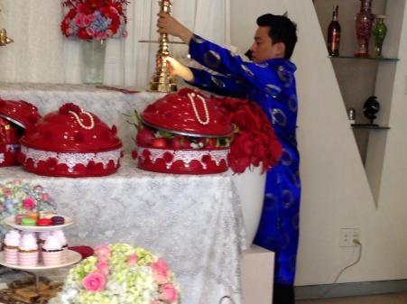 Ngay từ rất sớm, mọi thứ đã được chuẩn bị tươm tất cho lễ rước dâu vào buổi sáng cùng ngày