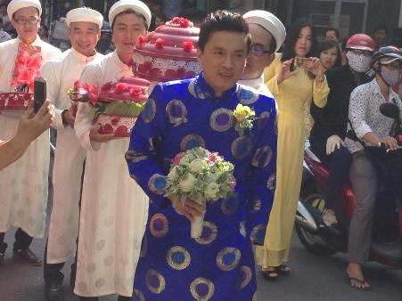 Nam ca sĩ Mi ngoan gót ngà đầy rạng rỡ trên đường đến nhà cô dâu
