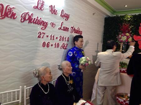 Nam ca sĩ hồi hộp đứng chờ cô dâu Yến Phương bước ra