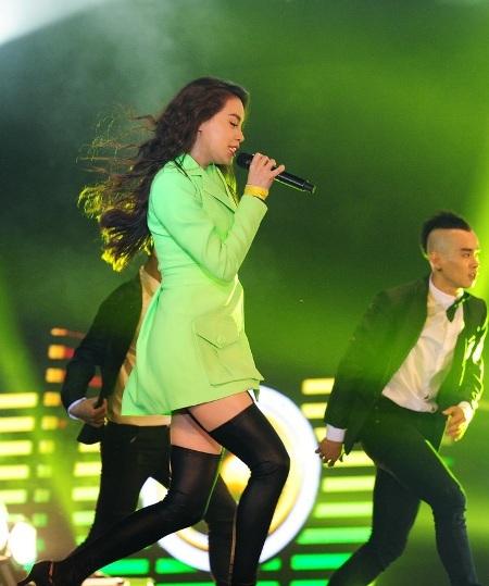 Nữ ca sĩ liên tục thay trang phục và thể hiện những ca khúc làm nóng sân khấu.