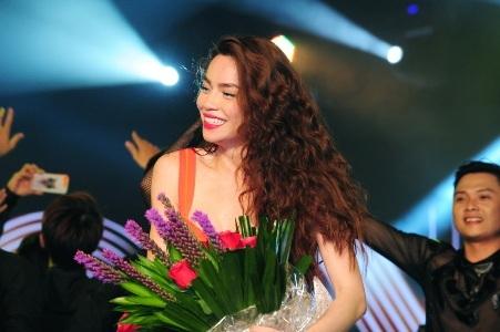 Nụ cười rạng rỡ trên gương mặt Hà Hồ sau khi kết thúc thành công đêm Live Concert 10 năm ca hát.