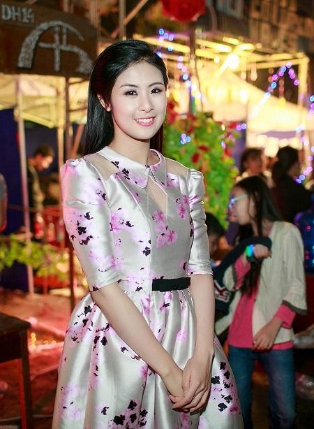 Hoa hậu Ngọc Hân mang BST áo dài về thăm trường cũ