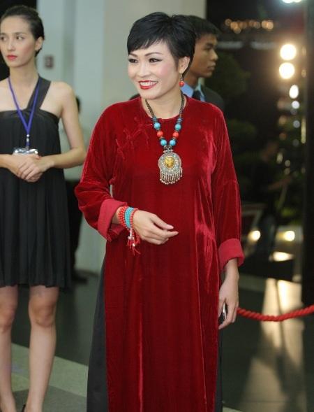Phương Thanh mộc mạc với áo dài nhung điểm xuyết vòng cổ nổi bật