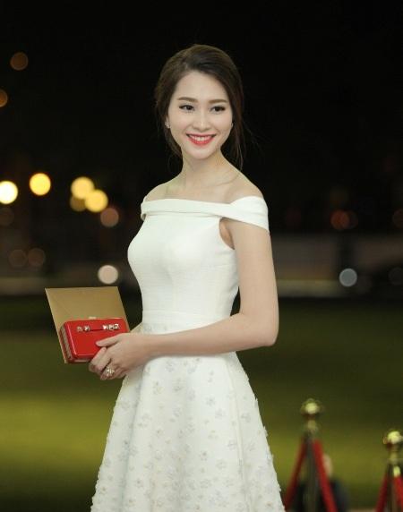 Hoa hậu Đặng Thu Thảo khoe vẻ đẹp ngọt ngào với váy trắng