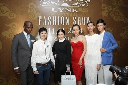 Lý Nhã Kỳ cùng một số thành viên trong ê kíp của show thời trang quốc tế sắp tới