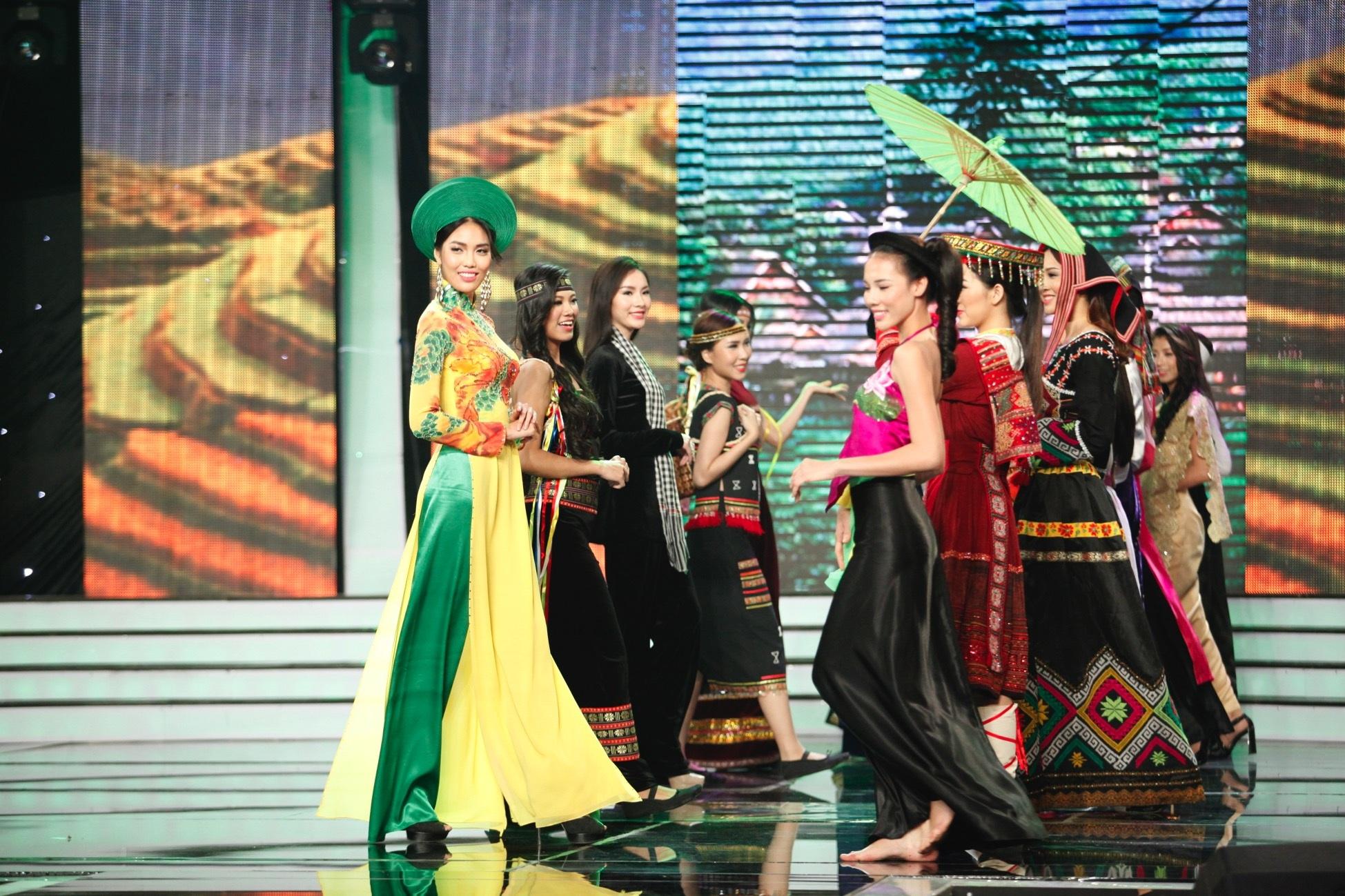 Các người đẹp trong phần trình diễn trang phục dân tộc các vùng miền của Việt Nam