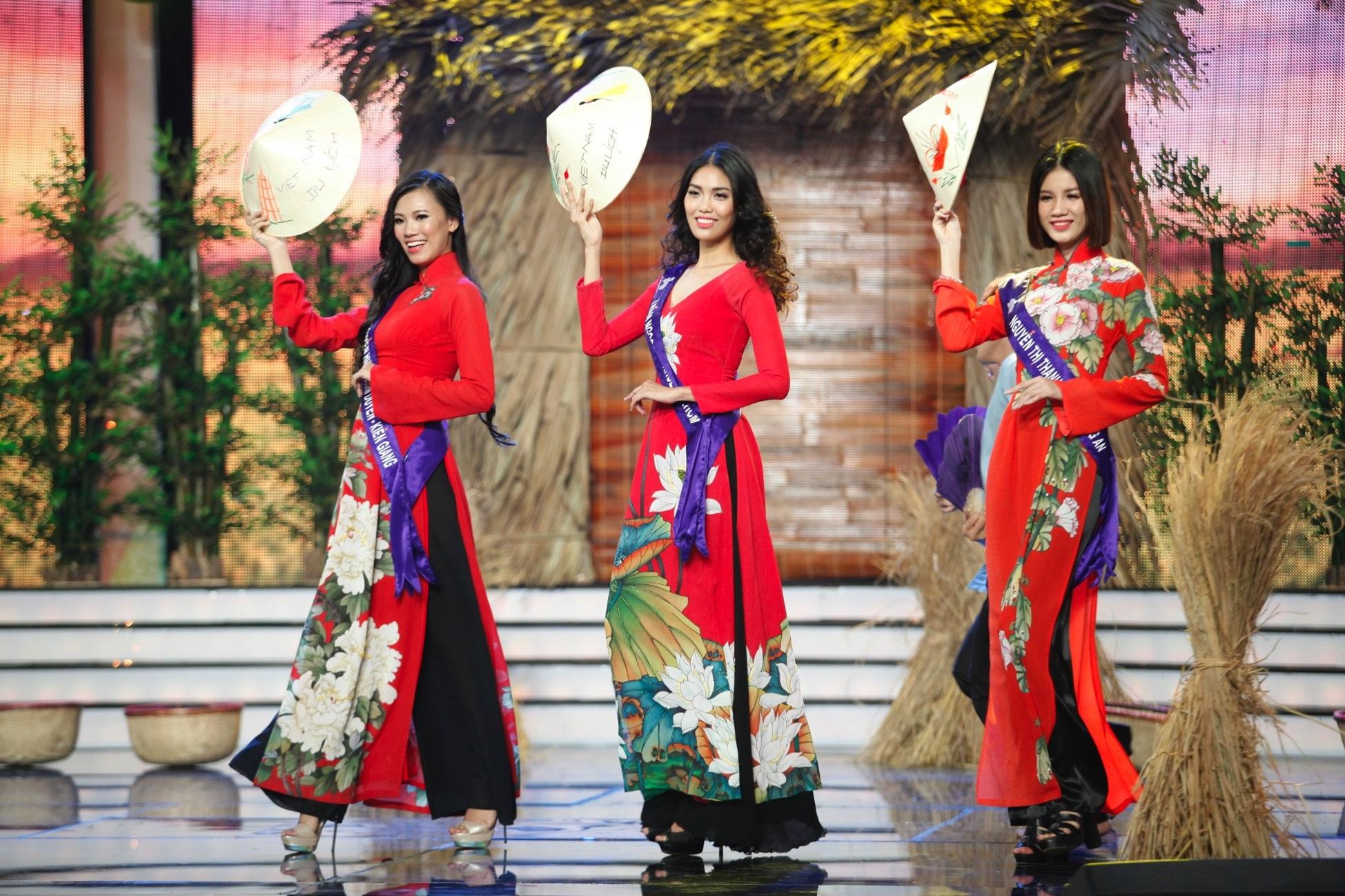 Các người đẹp trình diễn trang phục áo dài trên sân khấu
