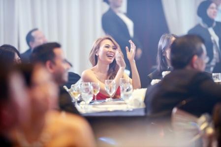 Những khoảnh khắc vui sướng của Họa mi tóc nâu tại sự kiện quốc tế