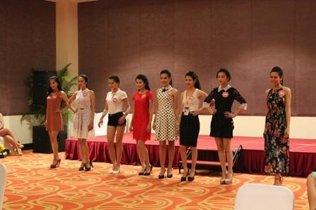 Cận cảnh một buổi tập catwalk của thí sinh Hoa hậu Việt Nam