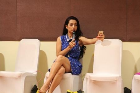 Ê kíp của cựu người mẫu Thúy Hằng còn có sự hỗ trợ của người đẹp Trương Tùng Lan.