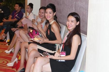 Các thí sinh còn lại ngồi chăm chú theo dõi các nhóm trước trình diễn.