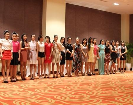 Ngay sau đó, 38 người đẹp tiếp tục trở lại buổi tập luyện kỹ năng catwalk.