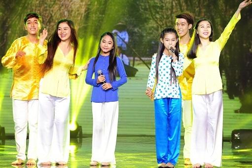 Thu Hiền - Thiên Nhâm diện áo bà ba thể hiện ngọt ngào ca khúc Hành trình trên đất phù sa.