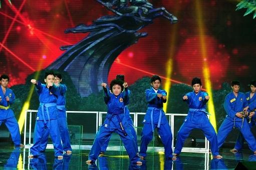 Cậu bé tóc xù Hoàng Anh cùng tốp ca nam trổ tài biểu diễn võ thuật trong ca khúc mang tên Gióng