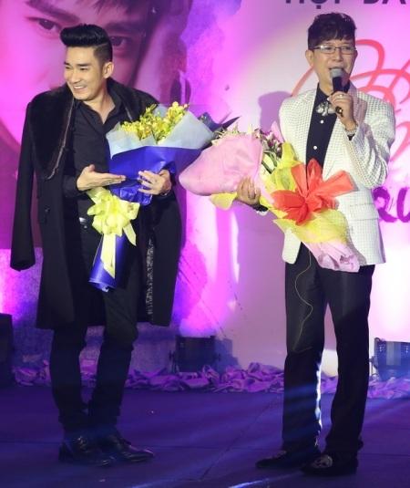 Nam ca sĩ gốc Huế đã mang hoa đến chúc mừng và chung vui với đàn em nhân ngày ra sản phẩm mới.