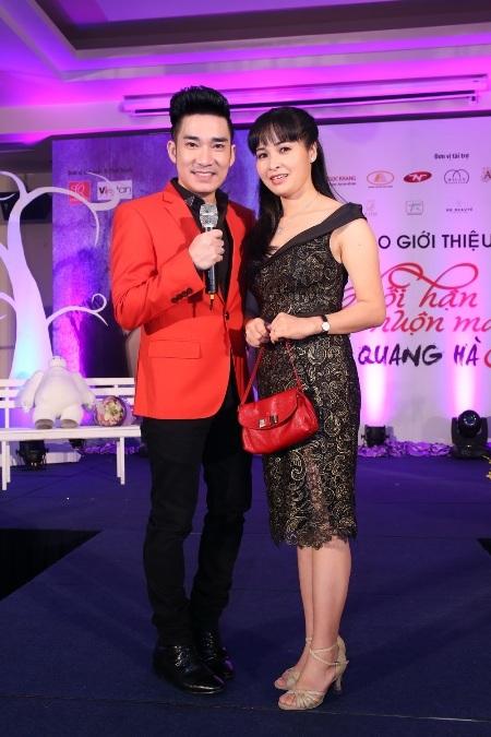 Sự kiện còn có nữ ca sĩ Trang Nhung, cô đi một mình đến chúc mừng Quang Hà.