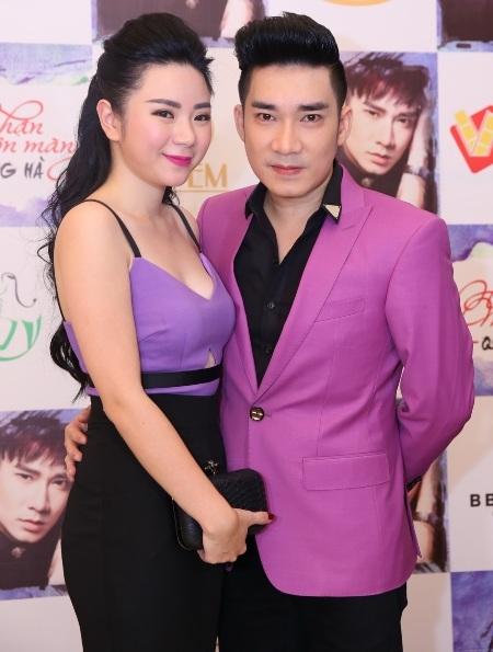 Bạn gái xinh đẹp của ca sĩ Quang Hà cũng xuất hiện e ấp bên anh trong sự kiện.