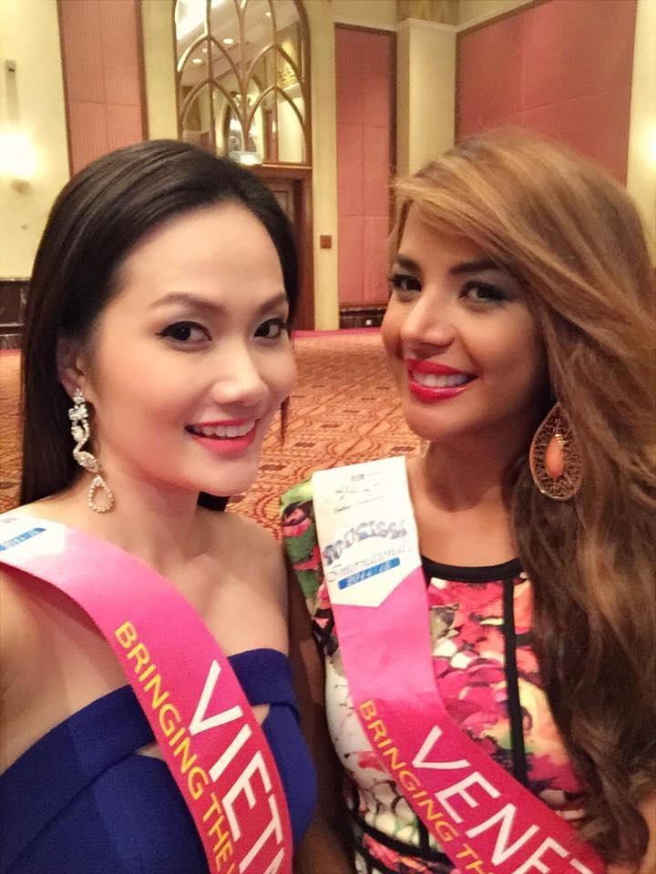 Đại diện Việt Nam bên cạnh thí sinh của Venezuela