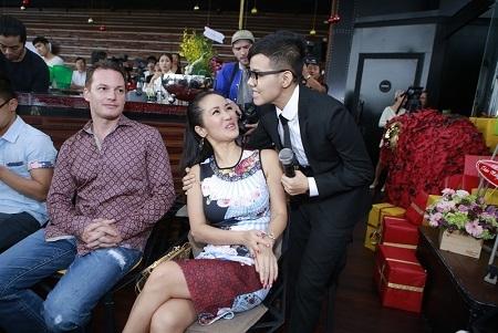 Đi cùng Hồng Nhung còn có ông xã của chị. Cặp đôi giản dị trước ống kính máy ảnh.