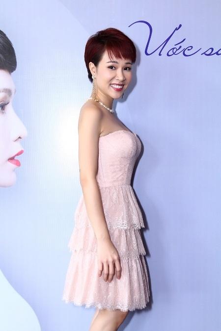 Uyên Linh diện váy ngắn trẻ trung trong ngày ra mắt album mới (Ảnh: Sâu Béo)