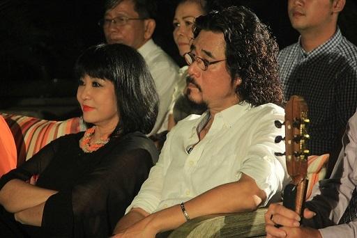 Vợ chồng Cẩm Vân - Khắc Triệu chăm chú theo dõi các thí sinh