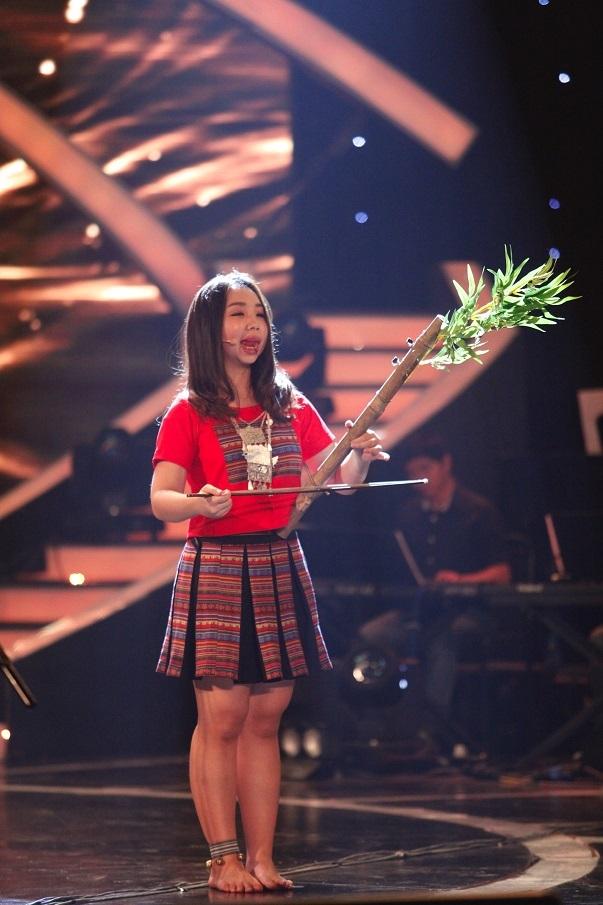 Khán giả ngưỡng mộ trước khả năng chơi nhiều loại nhạc cụ dân tộc của các thí sinh nhỏ tuổi
