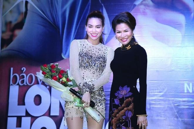 Ca sỹ Hồ Ngọc Hà ôm chầm Hoa hậu với những lời khen ngợi không ngớt về vẻ đẹp của bà mẹ 3 con