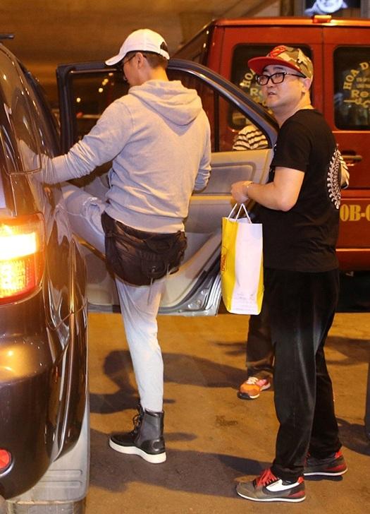 Ngay khi thực hiện xong thủ tục tại sân bay, anh đã được đưa về khách sạn để nghỉ ngơi.