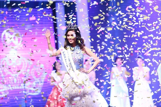 Phần trình diễn trang phục dạ hội do NTK Hoàng Hải hỗ trợ đã nhận được nhiều lời khen của khán giả.