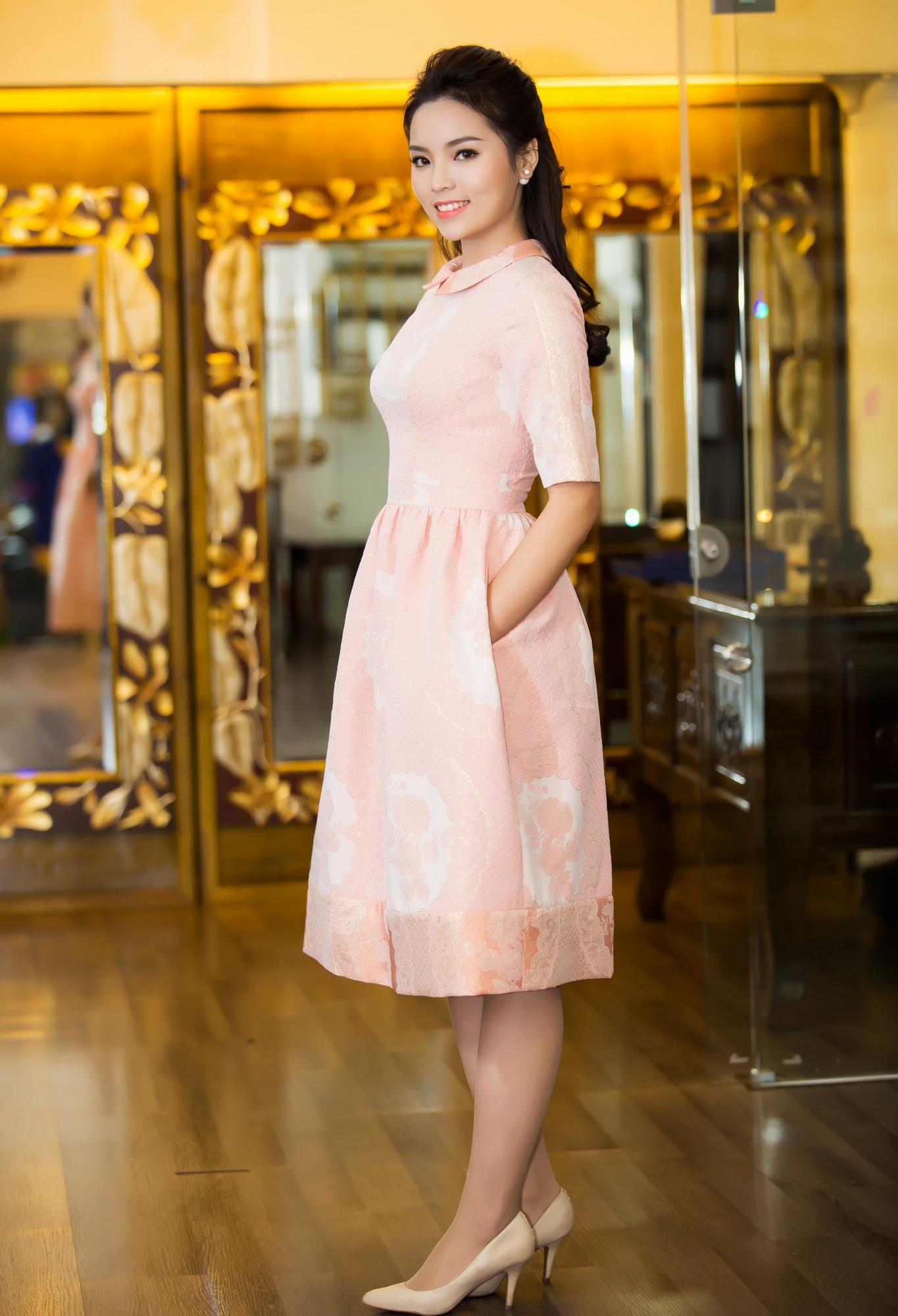 Tân hoa hậu được tư vấn chọn chiếc đầm với thiết kế và màu sắc đơn giản.