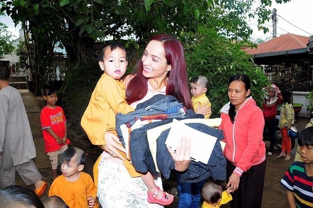 Thúy Hạnh khệ nệ mang quà lên núi tặng trẻ vùng cao