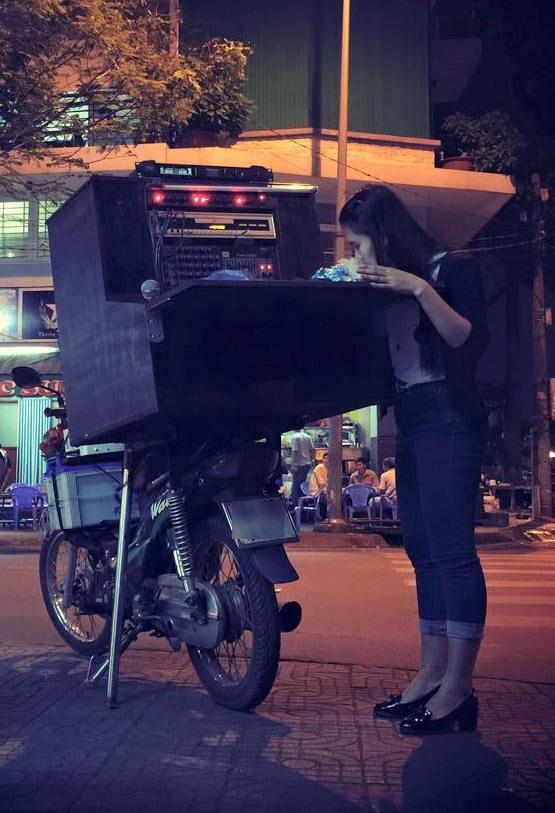 Hình ảnh Thanh Thảo với xe kẹo kéo hát rong mỗi đêm