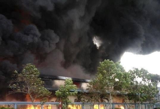 Lửa bùng cháy dữ dỗi trong hơn 3 tiếng đồng hồ đã thiêu rụi 3 nhà xưởng liền kề nhau