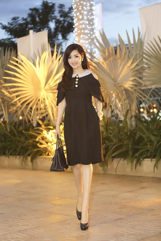 Chiếc đầm ngắn giúp cho hoa hậu thêm trẻ trung và khoe được đôi chân thon dài như búp bê của mình.