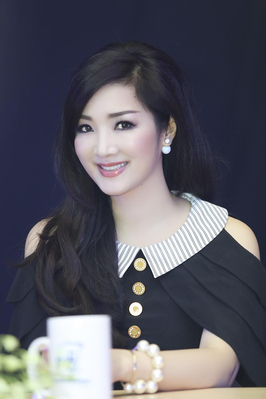 Hoa hậu tập trung xem các tiết mục trong cuộc thi mà mình đảm nhận vai trò giám khảo.