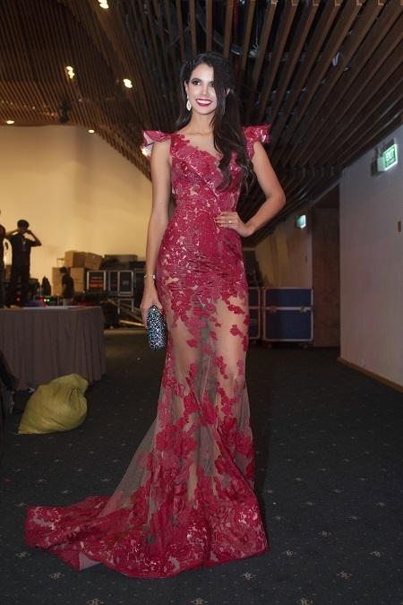 Hoa hậu người Venezuela nổi bật với đầm dạ hội đỏ xuyên thấu.