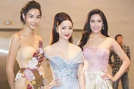 Siêu mẫu Hoàng Thùy ấn tượng với vóc dáng gợi cảm thon gọn trong bộ đầm dạ hội ôm sát cơ thể.
