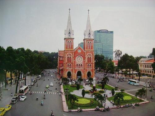 Khu công viên cạnh nhà thờ Đức Bà luôn là địa điểm thu hút bạn trẻ