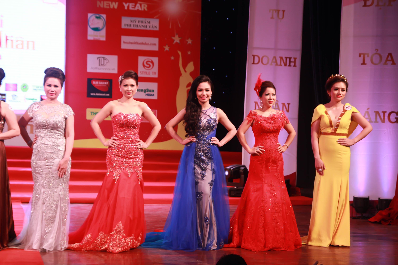 Từ phải sang: DN Nguyễn Thị Bông (SBD 29)