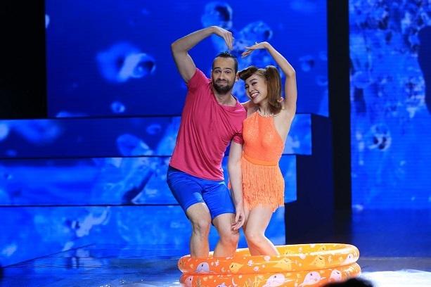 Lan Ngọc cùng bạn nhảy đầy hài hước khi thể hiện điệu Samba và Freestyle