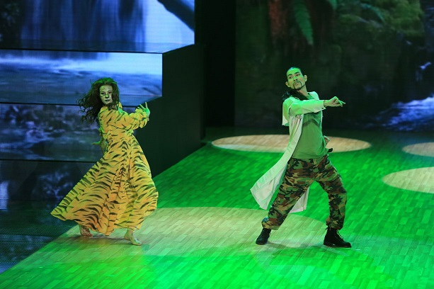 Sử Duy Vương vượt qua hình ảnh một rocker để trình diễn khả năng khiêu vũ ngày mở màn.