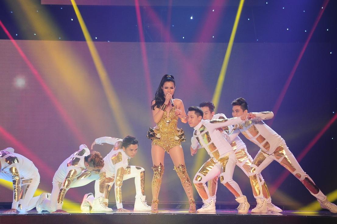 Đông Nhi nhận được sự cổ vũ nồng nhiệt từ khán giả với liên khúc hit