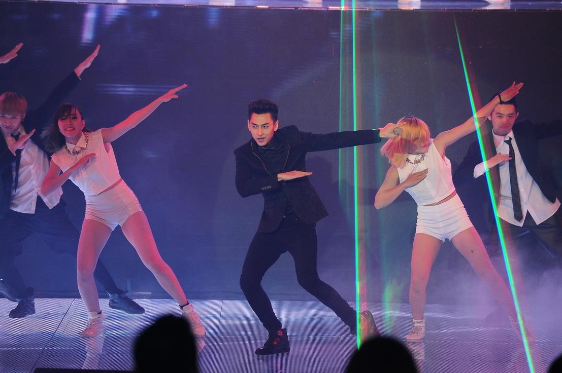 Isaac được nhận xét là nam ca sĩ hoàn hảo khi vừa sáng sân khấu, hát hay và nhảy giỏi.